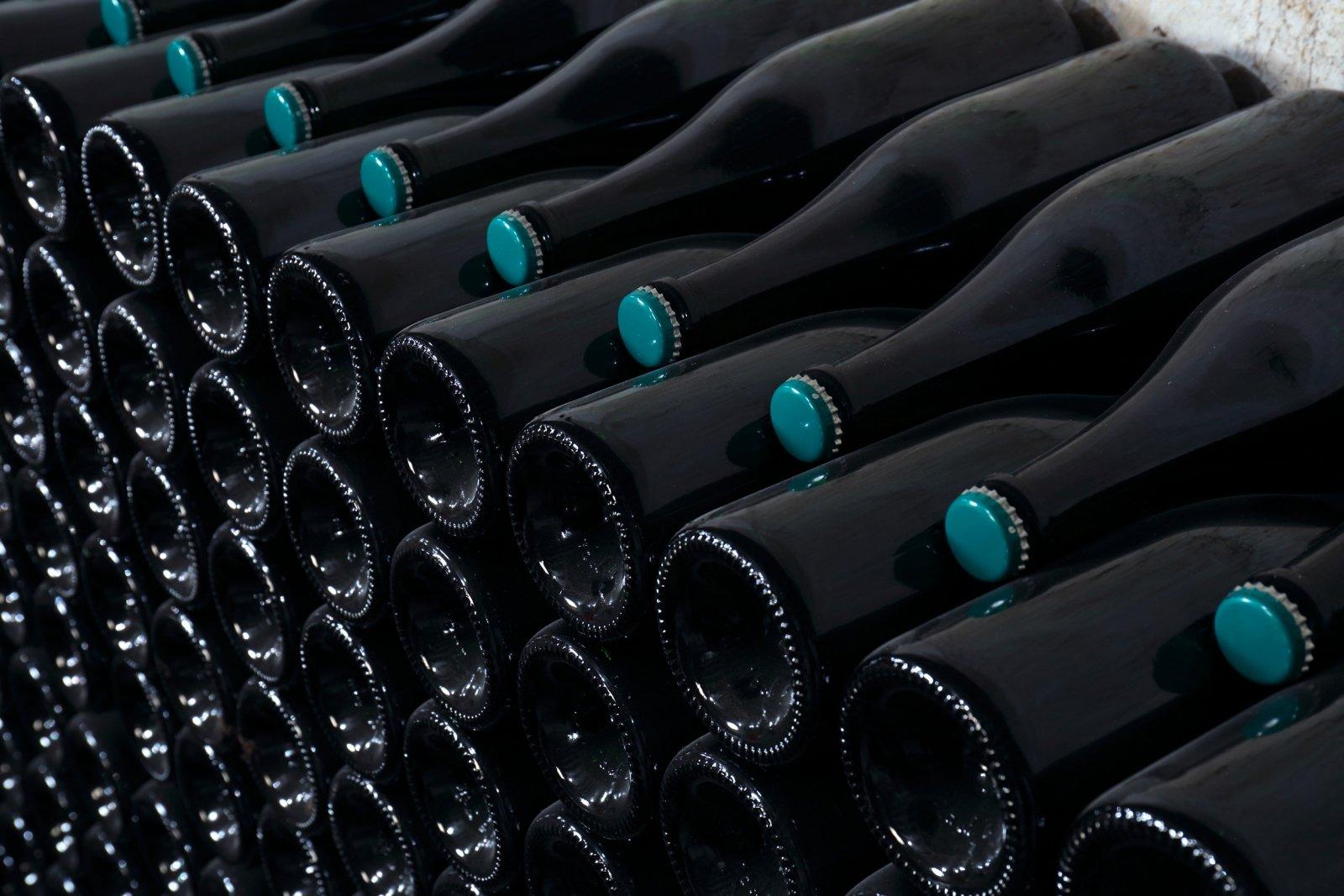 Rangement des bouteilles de Champagne pendant leur repos dans la cave du Champagne R.Bourdelois